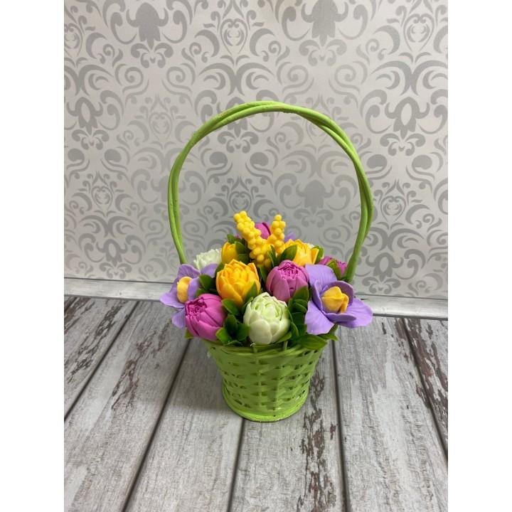 Композиция с ирисами и тюльпанами